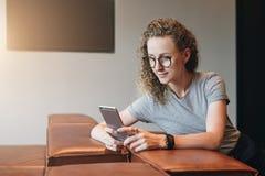La muchacha del inconformista es de charla, blogging, comprobando el correo electrónico Estudiante que aprende, estudiando Márket imagen de archivo libre de regalías