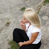 La muchacha del inconformista fuma Foto de archivo libre de regalías