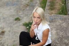 La muchacha del inconformista fuma Fotos de archivo libres de regalías