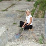 La muchacha del inconformista fuma Foto de archivo