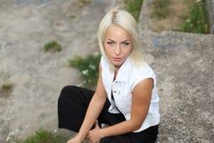 La muchacha del inconformista fuma Imagen de archivo