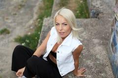 La muchacha del inconformista fuma Imagen de archivo libre de regalías