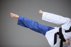 La muchacha del karate con la correa negra Imagenes de archivo