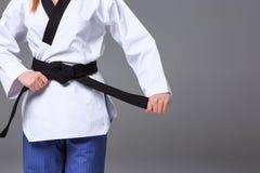 La muchacha del karate con la correa negra Foto de archivo libre de regalías