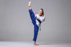 La muchacha del karate con la correa negra Imagen de archivo libre de regalías
