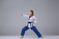 La muchacha del karate con la correa negra Fotografía de archivo libre de regalías