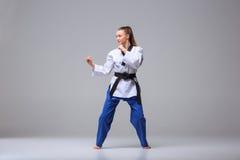 La muchacha del karate con la correa negra Imágenes de archivo libres de regalías