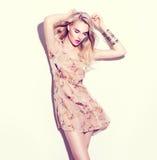 La muchacha del modelo de moda se vistió en vestido beige de la gasa corta Fotos de archivo