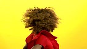 La muchacha del mulato hace las moscas el pelo Fondo amarillo Cámara lenta metrajes
