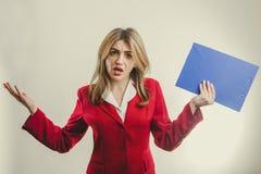 La muchacha del negocio en chaqueta roja siente descontento Fotos de archivo