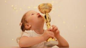 La muchacha del niño disfruta en la victoria y la recompensa, besa y abraza la taza del ` s del ganador para el primer lugar en e almacen de metraje de vídeo