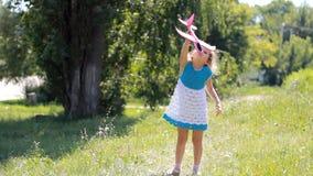 La muchacha del niño en el parque está jugando con un aeroplano El bebé enciende el avión almacen de video