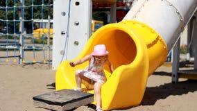 La muchacha del niño está jugando en el patio Atracciones y entretenimiento para los niños metrajes