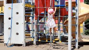 La muchacha del niño está jugando en el patio Atracciones y entretenimiento para los niños almacen de video