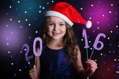 La muchacha del niño está llevando a cabo 2016 dígitos, concepto del Año Nuevo Fotos de archivo libres de regalías