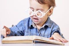 La muchacha del niño hermoso se está preparando para la educación de los exámenes, knowledg Fotografía de archivo