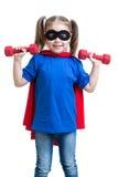 La muchacha del niño juega al super héroe y levanta pesas de gimnasia Imagen de archivo