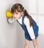 La muchacha del niño oye por casualidad imagen de archivo