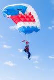 La muchacha del paracaidista desciende Fotos de archivo libres de regalías