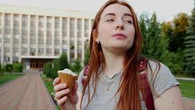 La muchacha del pelirrojo come el helado almacen de video