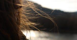 La muchacha del pelo vuela en el viento sus pelos y su cuerpo está agitando en el viento fresco metrajes