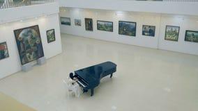 La muchacha del pianista en el piano Ninguna cara 4K almacen de metraje de vídeo
