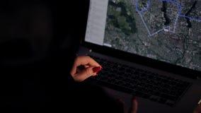La muchacha del pirata informático trabaja en el ordenador almacen de video