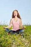 La muchacha del retrato se sienta en una hierba Fotos de archivo