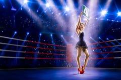 La muchacha del ring de boxeo está llevando a cabo el número Foto de archivo libre de regalías