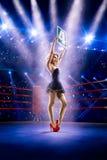 La muchacha del ring de boxeo está llevando a cabo el número Fotos de archivo libres de regalías