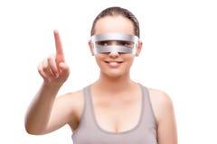 La muchacha del techno que presiona el botón virtual aislado en blanco Imagenes de archivo