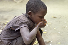 La muchacha del Ugandan bebe el agua sucia Imagen de archivo libre de regalías