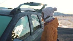 La muchacha del viaje coloca el coche cercano metrajes