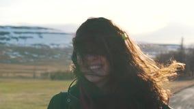 La muchacha del viaje sonríe en luz del sol almacen de video