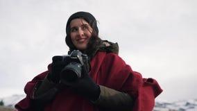La muchacha del viaje toma un primer de la foto almacen de metraje de vídeo