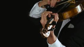 La muchacha del violinista arquea las secuencias del violín Clos para arriba Fondo negro del humo almacen de metraje de vídeo
