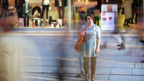 La muchacha delante de la alameda de compras, enfoca hacia fuera, el timelapse, 4K almacen de metraje de vídeo