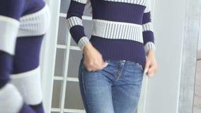 La muchacha delante de un espejo viste un suéter Cierre para arriba metrajes