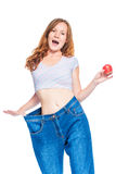 La muchacha delgada feliz muestra el resultado de una dieta de la manzana Fotografía de archivo