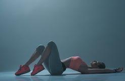 La muchacha deportiva experta está descansando después de entrenar imagenes de archivo