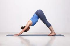 La muchacha deportiva hermosa de la yogui del ajuste practica yoga Fotos de archivo