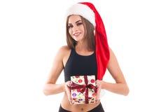 La muchacha deportiva que sostenía un regalo en blanco aisló el fondo Fotografía de archivo libre de regalías