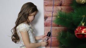 La muchacha desatornilla la lámpara eléctrica de la base almacen de metraje de vídeo