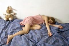 La muchacha desesperada está mintiendo en la cama Imágenes de archivo libres de regalías