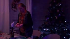 La muchacha despeja el juego de mesa de la tabla almacen de video