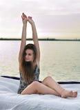 La muchacha despertó en una cama en el agua Imagen de archivo