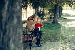 La muchacha detiene al niño pequeño que señala en algo Fotografía de archivo libre de regalías