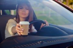La muchacha detrás de la rueda de un coche Fotos de archivo