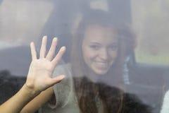 La muchacha detrás de la ventana Imagen de archivo