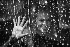 La muchacha detrás de la ventana Imagenes de archivo